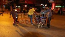 Meydanda Otomobil Elektrikli Bisiklete Çarptı 2 Yaralı